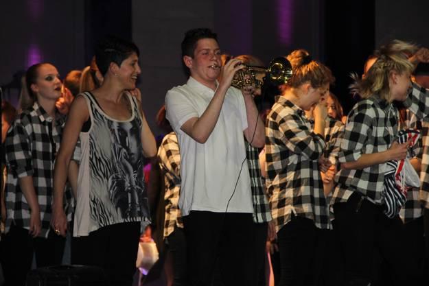 Zum Schluss gab es noch ein Trompetensolo zu dem alle Tänzerinnen und Tänzer mittanzten