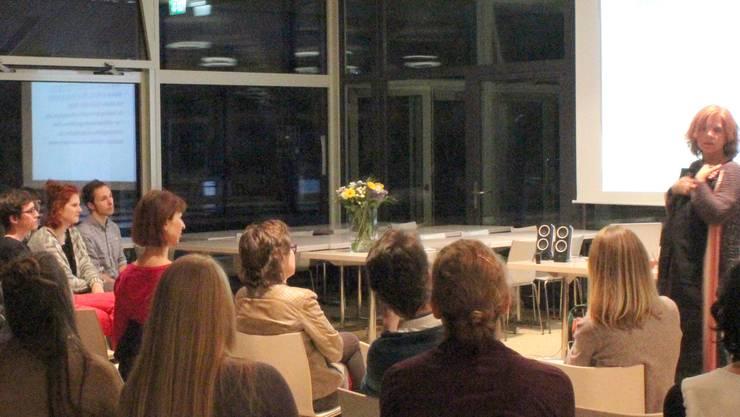 Brigitte Rychen demonstriert die Unterschiede in der Kollektionsgrösse S bei zwei unterschiedlichen Hosen.