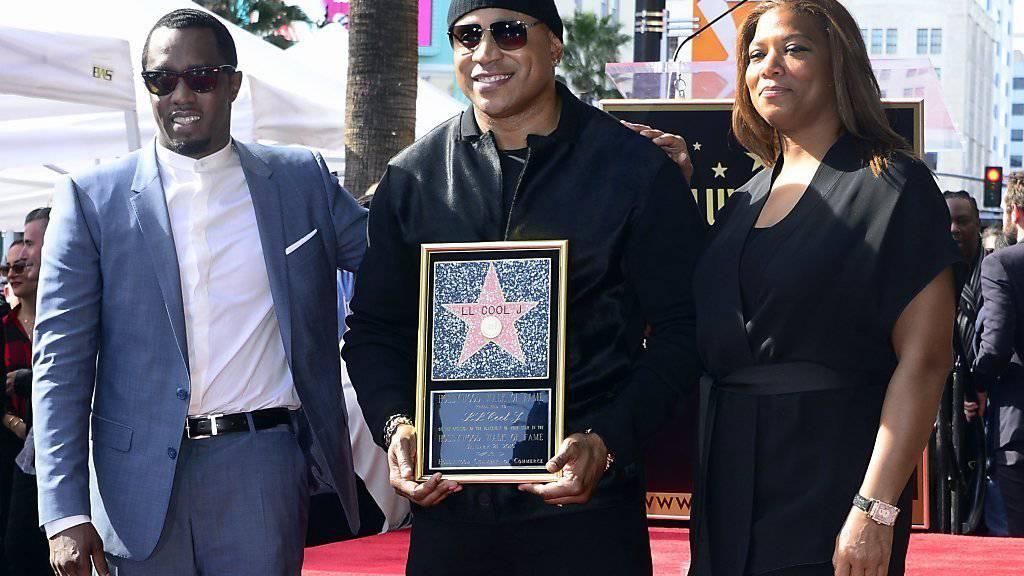 Sean John Combs (l) und Queen Latifah (r) gratulieren LL Cool J (M) für seinen Stern.