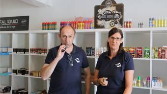 Zwischen 30 und 40 Prozent der Kunden, die Pascal Erdinger und Edda Fuhrmann in der «E-Garette» bedienen, sind aus dem Fricktal. Bild: dka