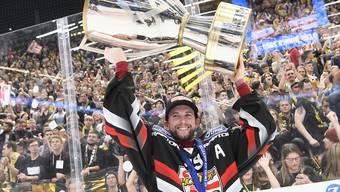 Um diesen Pokal geht es ab dem 15./16. September: Kevin Ryser von Titelverteidiger Ajoie mit der Cup-Trophäe