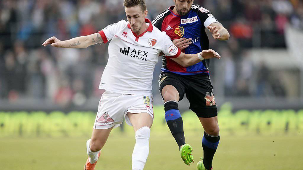 Basels Torschütze und in dieser Szene im Zweikampf mit Sions Vincent Rüfli: Captain Matias Delgado (rechts)
