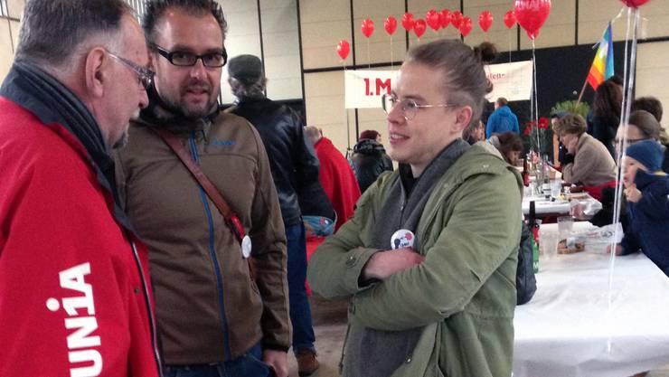 Grossrat Kurt Emmenegger, Grossratskandidat David Burgherr und Grossrat Florian Vock nutzen das Fest zum Meinungsaustausch.