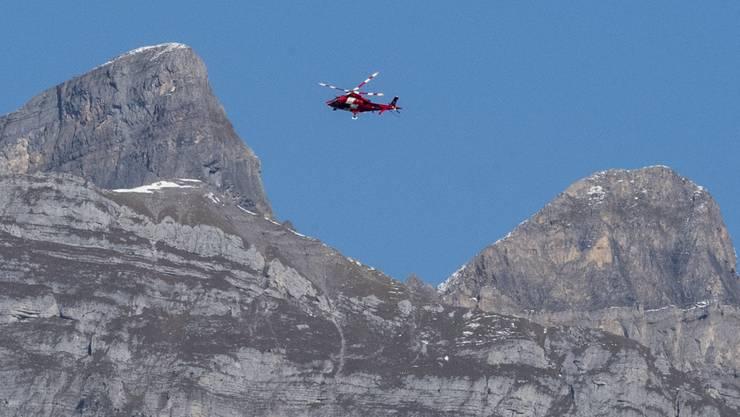 Ein Rega-Helikopter kurz nach dem Unglück am 10. Oktober auf der Suche nach den Verschütteten.