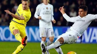 Villarreals 1:0-Schütze Roberto Soldado schiesst an Real Madrids Verteidiger Carlos Henrique vorbei