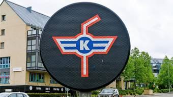 Das Logo gilt als Werbung: Ein Eishockeyspieler wäre gemäss Kanton Zürich aber erlaubt.