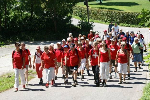 Die Spitzengruppe in rot-weiss, wie es sich am Nationalfeiertag gehört, beim Einmarsch in den Bata-Park