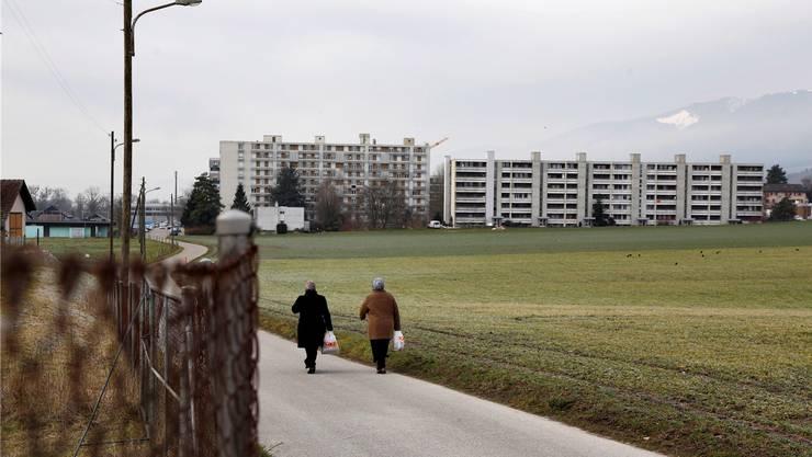 Situation Bellach Ost: Anschliessend an die Wohnblöcke entsteht eine Wohnzone. Zirka auf der Grenze zwischen grünem und hellgrünem Land soll die Erschliessungsstrasse zum Franziskanerkreisel führen. Das hellgrüne Land wird zur Reservezone Wohnzone.