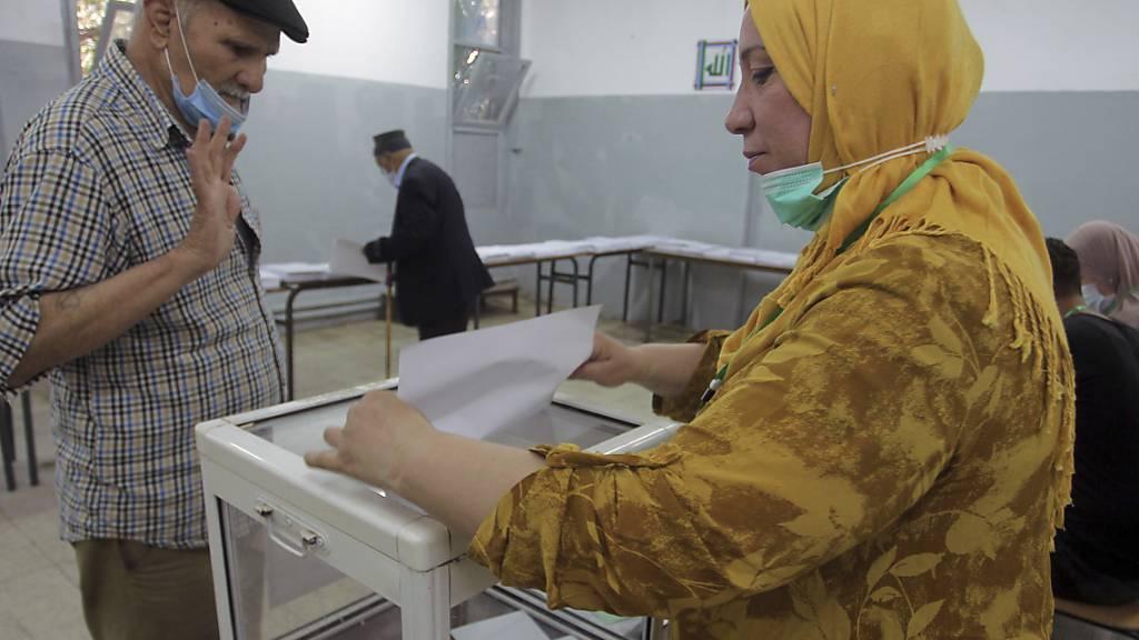 Ein Mann gibt in einem Wahllokal in Algier bei den algerischen Parlamentswahlen seine Stimme ab. Es ist die erste Neuwahl des Parlaments seit dem Sturz von Langzeitherrscher Bouteflika vor mehr als zwei Jahren. Foto: Fateh Guidoum/AP/dpa