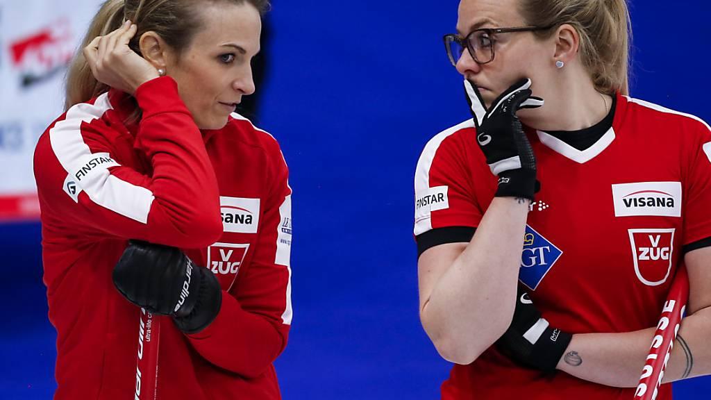 Alina Pätz (rechts) und Silvana Tirinzoni hatten im Halbfinal gegen die Amerikanerinnen einiges zu besprechen
