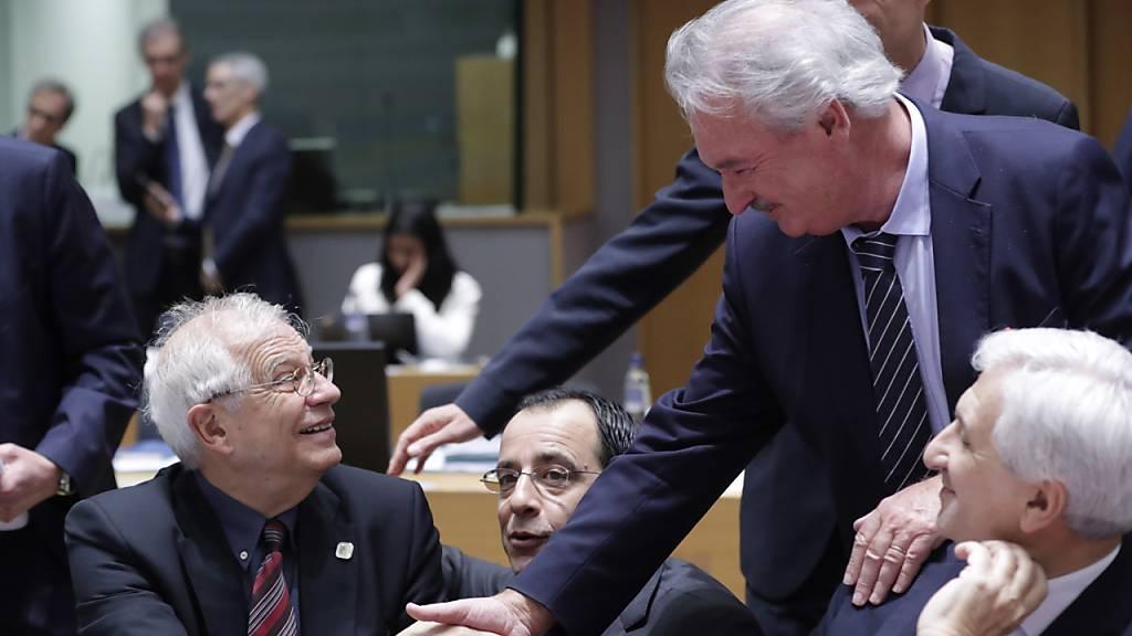 Der EU-Aussenbeauftragte Josep Borrell (l.) und Luxemburgs Aussenminister Jean Asselborn begrüssen sich am Montag in Brüssel bei den Beratungen zu Libyen.