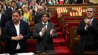 Kataloniens Präsident Carles Puigdemont (Mitte) mit seinen Anhängern. Die Opposition ist schon weg.Albert Gea/Reuters