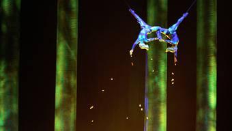 Auf diesem Foto vom November 2008 zeigt Sarah Guyard-Guillot (links) eine Performance als Waldmensch im Cirque du Soleil im MGM-Hotel in Las Vegas.
