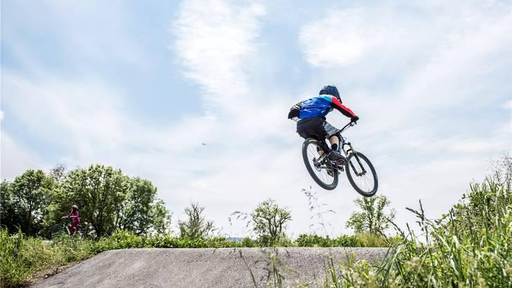 Nicht mehr lange und dann fliegen die Biker im Brugger Pumptrack – wie hier in Grenchen – über die Wellen. Archiv/Michel Lüthi