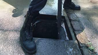 Jugendliche entfernten in Lenzburg mehrere Schachtdeckel, was einem 25-jährigen Velofahrer zum Verhängnis wurde und stürzte.