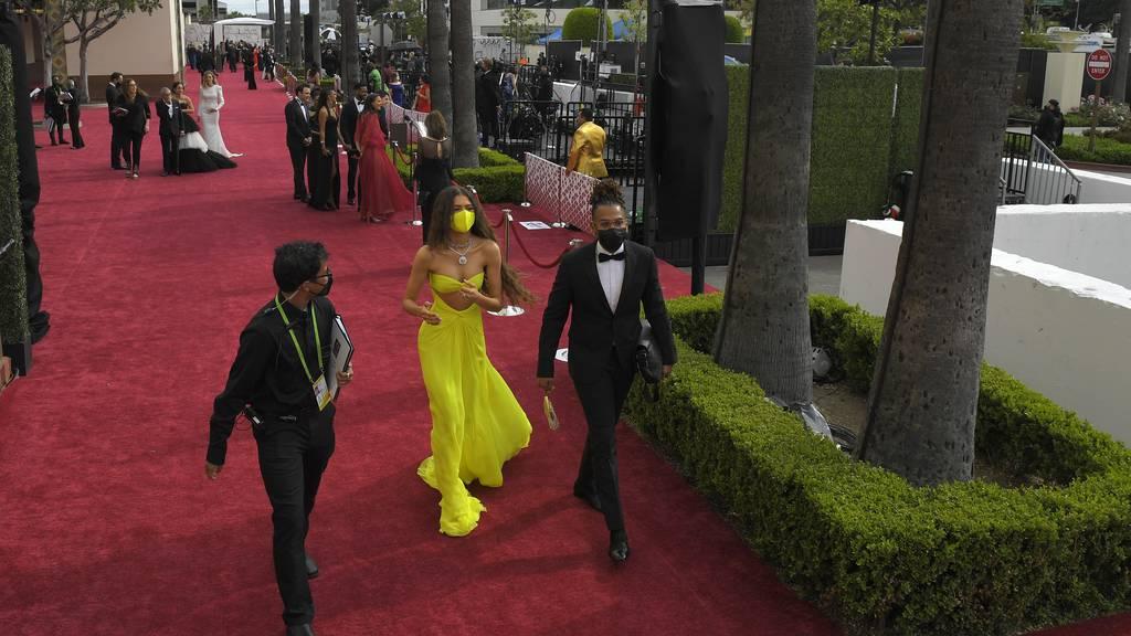 Glitzernde Roben und Abstand: Oscar-Stars auf dem roten Teppich