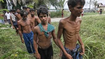 Ausgemergelte Flüchtlinge aus Bangladesch kommen in Aceh an