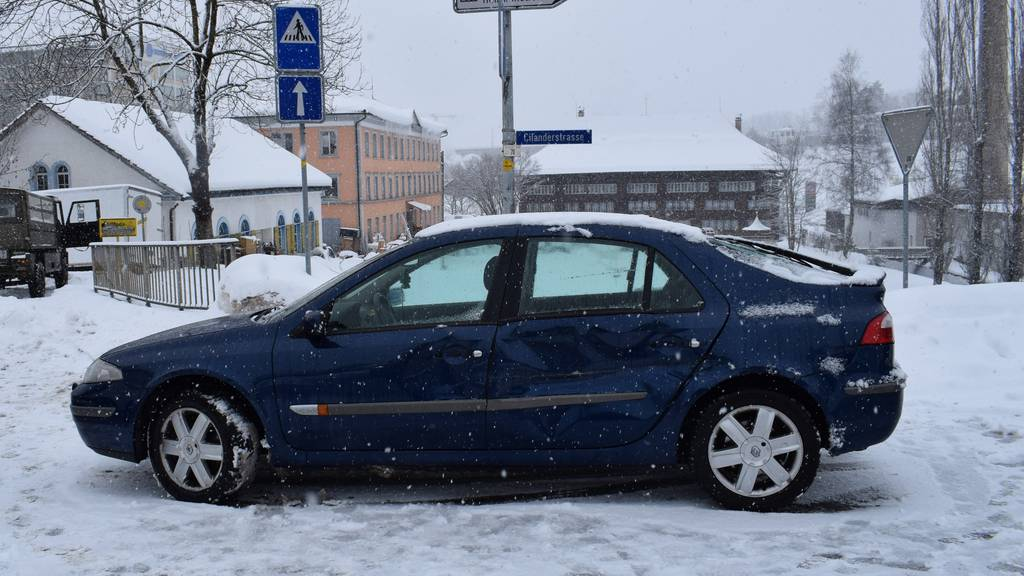 Crash im Kreisel – weil Autofahrer (78) Militärfahrzeug übersah