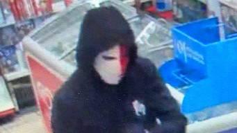 Mann überfällt Tankstellenshop und bedroht Frau mit Pistole