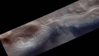 Nahe dem südlichen, eisbedeckten Pol des Mars befindet sich der Burroughs-Krater, in dem Eis- und Staubschichten über Hunderte Millionen Jahren hinweg einen Hügel geformt haben. Die Aufnahme zeigt den Rand des Hügels.
