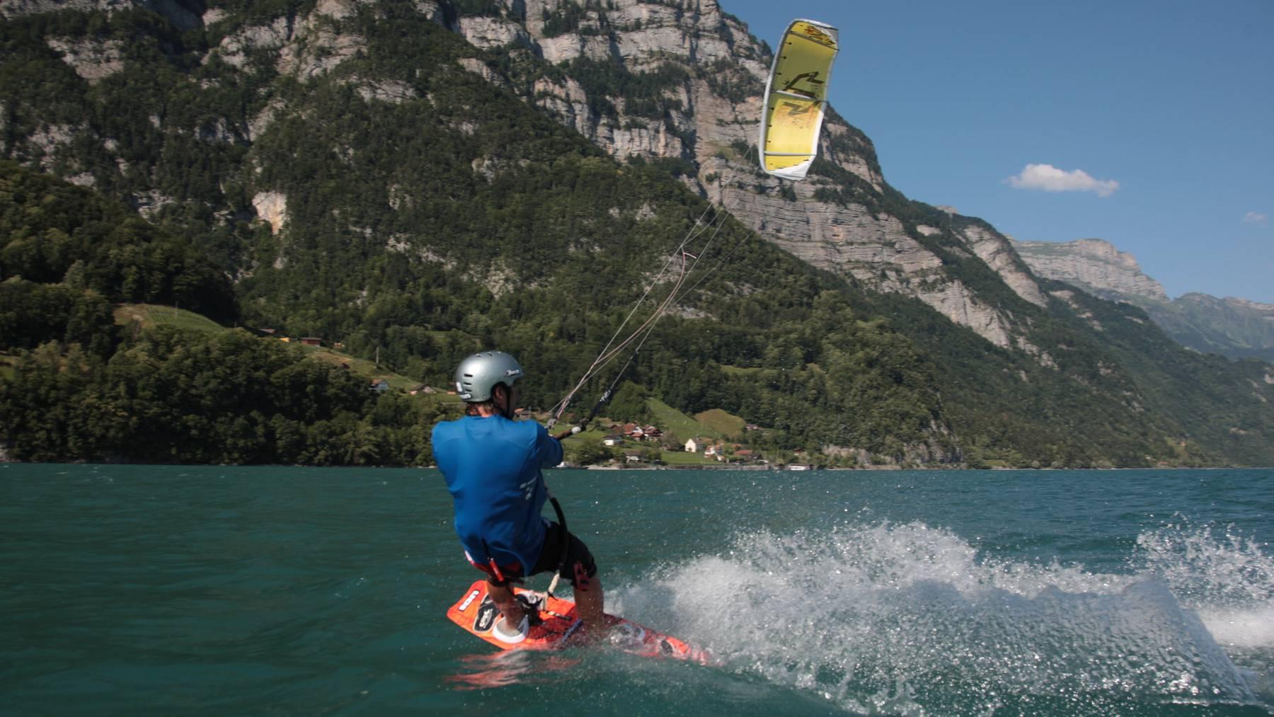 Ein Kitesurfer auf dem Walensee.