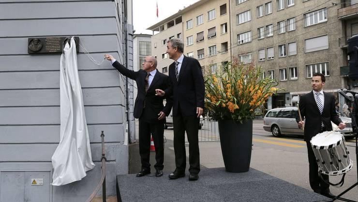 Der russische Botschafter Alexander Golovin (links) und Regierungspräsident Guy Morin bei der Enthüllung der Gedenktafel.