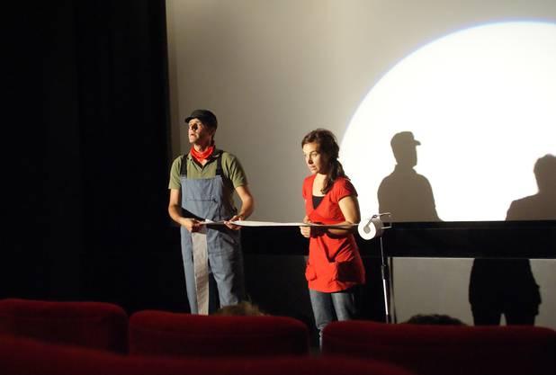 Matthias Kreienbühl und Natalie Santos in Toilettenpapier-Fabrik