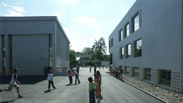 Wird bald mit Fernwärme der Limeco versorgt: das Schulhaus Steinmürli in Dietikon.