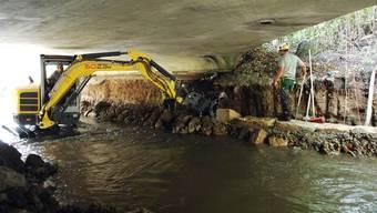 Eingeengtes Arbeitsfeld: Das Ufer der Surb wird neu befestigt.  Za