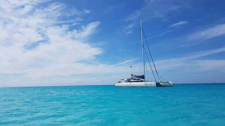Mit dem Katamaran lässt es sich vor Kubas Küste übers türkisfarbene Meer schaukeln.