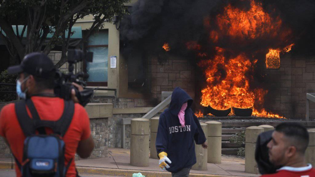 Bei heftigen Krawallen in der honduranischen Hauptstadt Tegucigalpa haben Demonstranten vor der US-Botschaft einen Stapel Pneus in Brand gesteckt.