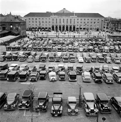 Damals waren Parkplätze noch kein Problem: Der Parkplatz der Mustermesse in Basel im April 1937 unmittelbar neben dem heutigen Parkhaus der Messe Schweiz.