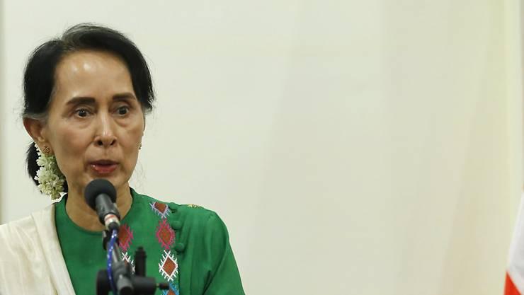 Myanmars De-facto-Regierungschefin Aung San Suu Kyi  am Mittwoch vor den Medien in Naypyitaw.