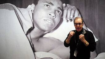"Der Fotograf George Kalinsky vor einem seiner Fotos in der Ausstellung ""I Am King of the World: Photographs of Muhammad Ali by George Kalinsky"" in der New York Historical Society in New York."