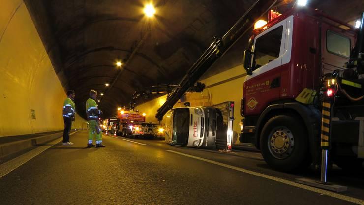Anhänger kippt im Bareggtunnel