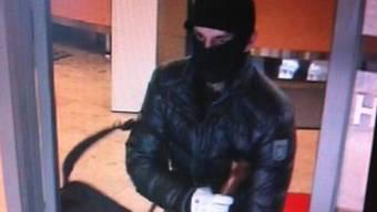 Dieser unbekannte Mann hat die Raiffeisenbank in Nunningen überfallen. (Archiv)