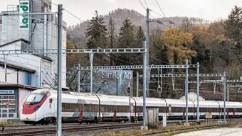 Der Giruno am Laufner Bahnhof: Da er keinen Platz in einem Depot gefunden hat, wartet er auf dem Abstellgleis auf den ersten Einsatz.