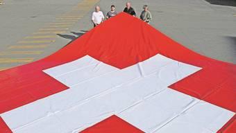 Geht es nach den Initianten, so wird die 8 mal 8 Meter grosse Fahne auch dieses Jahr wieder für einige Monate am Born hängen.