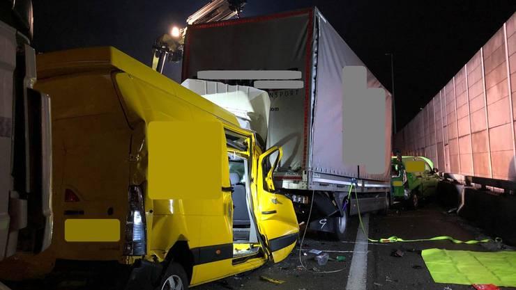 Stark beschädigt: ein Lieferwagen, ein Lastwagen und ein Personenwagen. Insgesamt waren fünf Fahrzeuge im Unfall involviert.