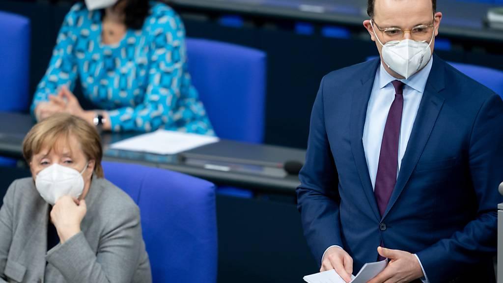 dpatopbilder - Jens Spahn (CDU), Bundesminister für Gesundheit, geht im Bundestag neben Bundeskanzlerin Angela Merkel (CDU) zum Rednerpult. Foto: Kay Nietfeld/dpa