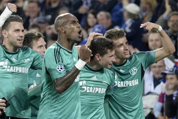 Julian Draxler (zweiter von rechts) schiesst die Schalker in Führung