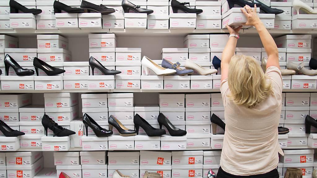 In der Schweiz blieb die Inflation im August unverändert bei -0,9 Prozent. Gestiegen sind allerdings die Preise etwa für Bekleidung und Schuhe, während zum Beispiel Hotelübernachtungen billiger wurden.(Archivbild)