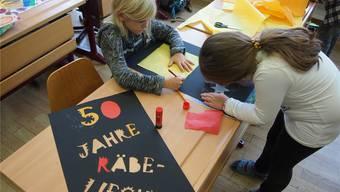 Niedergösger Schulkinder beim Basteln der speziellen Jubiläumslaterne. zvg