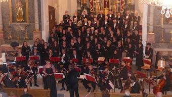 Der Projektchor SMW und das «Orchestra Sinfonica Carlo Coccia di Novara» begeisterten die Zuhörer in der Kirche Frick zusammen mit mehreren Solisten – im Bild Sopran-Solistin Jardena Flückiger (stehend).