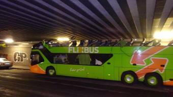Beim Versuch, eine Eisenbahnbrücke in Berlin zu unterqueren, wurde einem Flixbus komplett das Dach abgerissen.