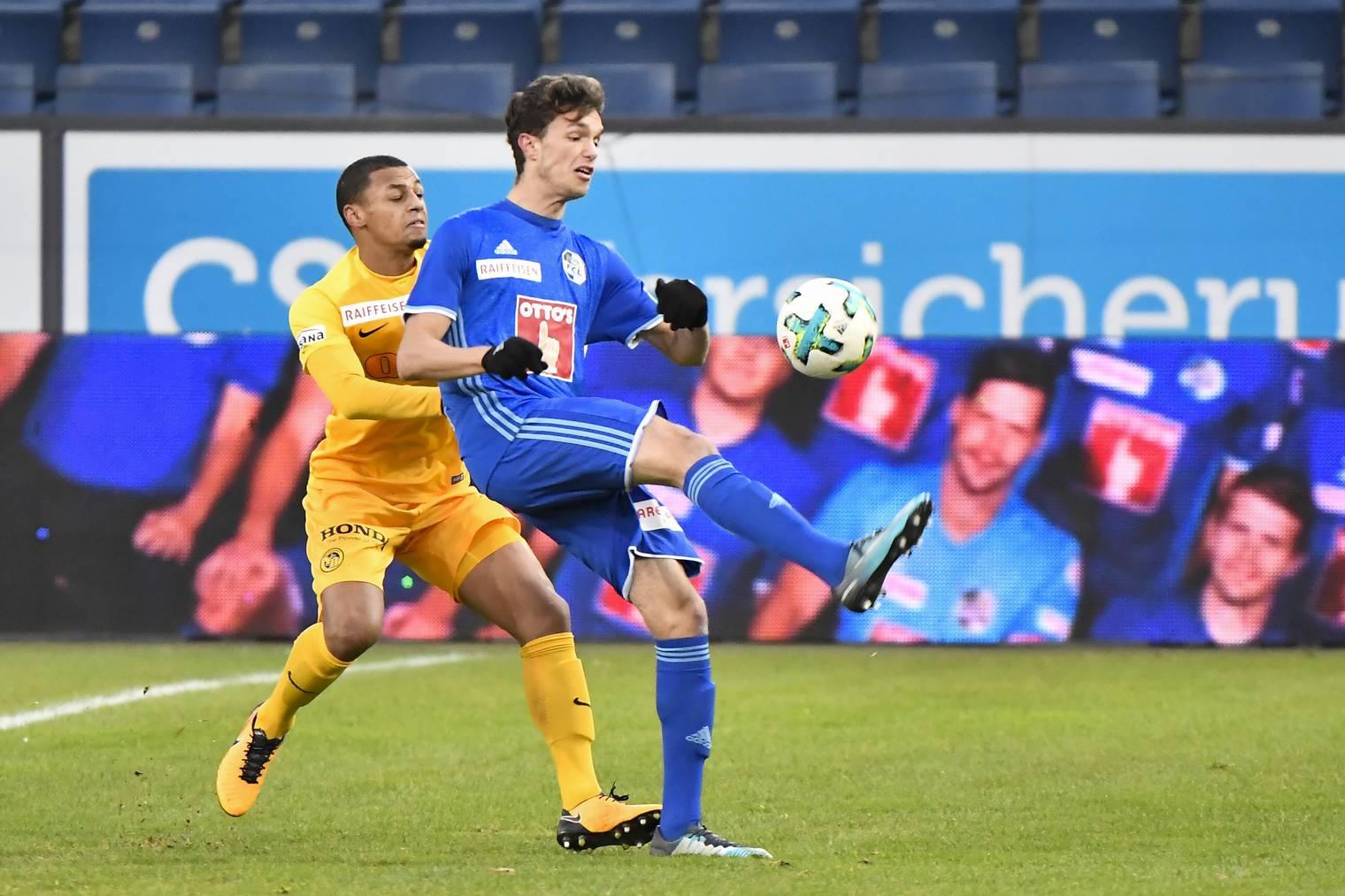 Der Luzerner Stürmer Shkelqim Demhasaj (rechts) im Einsatz gegen YB-Spieler Djibril Sow.