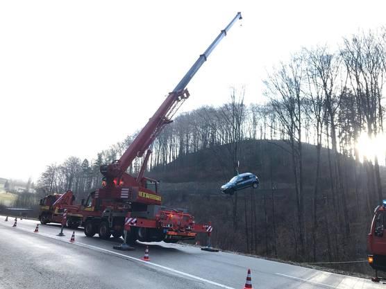 Die Autofahrerin wurde leicht verletzt. Das Auto musste mit einem Kran geborgen werden.