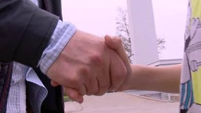 Die Händedruck-Debatte beschäftigt auch Bundesbern. (Symbolbild)
