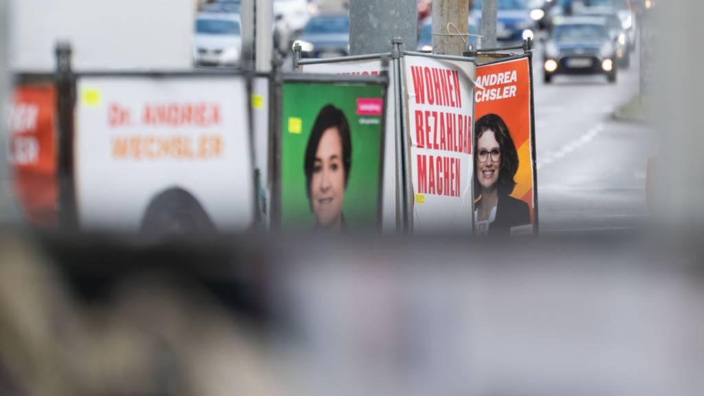 ARCHIV - Die Wahlprogramme der Parteien zur Bundestagswahl sind sehr umfangreich, allerdings werden sie, laut einer Stuttgarter Studie, auch immer unverständlicher. Foto: Marijan Murat/dpa - ACHTUNG: Nur zur redaktionellen Verwendung im Zusammenhang mit der aktuellen Berichterstattung und nur mit vollständiger Nennung des vorstehenden Credits