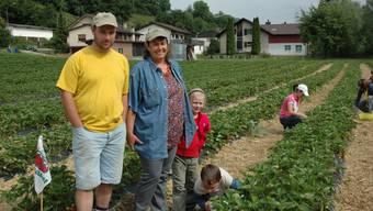 Roger Schmid und Gaby Grimm auf ihrem Erdbeerfeld in Wölflinswil. (Bild: Ladina Kunz)